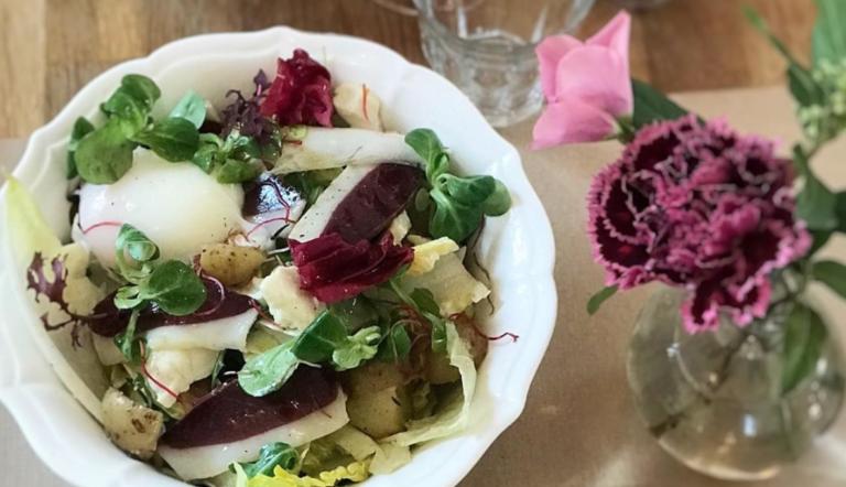 Salade déjeuner, magret de canard fumé, oeuf parfait, ricotta salata, topinambour, pousses et pomme de terre