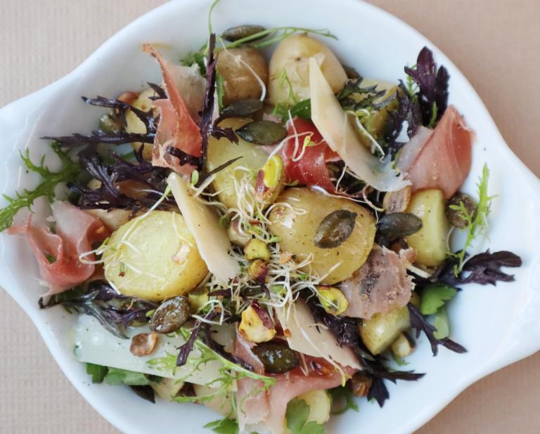 Salade de pomme de terre, speck et huile de pistache grillée